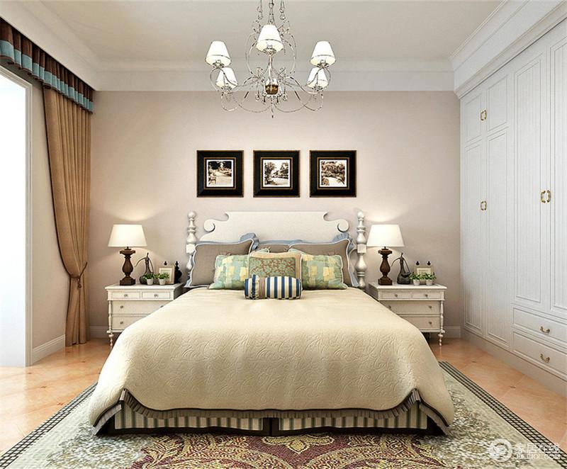 卧室里粉驼色的背景墙与嵌入墙体白色通顶衣柜连成一体,烘托空间氛围.