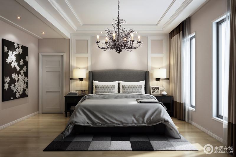 与树枝形烛台吊灯装饰着灰色的床品和地毯,深浅之间,让人沉寂在安适与