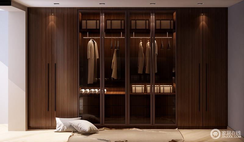 衣帽间与卧室通过半隔断墙区分,开放式格局更显自在;褐木打造的衣帽柜