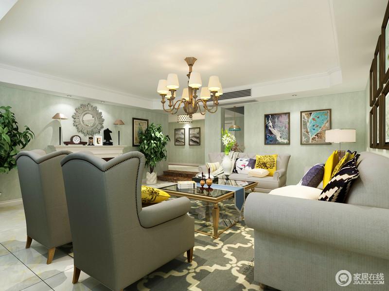 衬托出浅灰色美式沙发的庄重大气;壁炉上的银色装饰与艺术摆件,与墙面