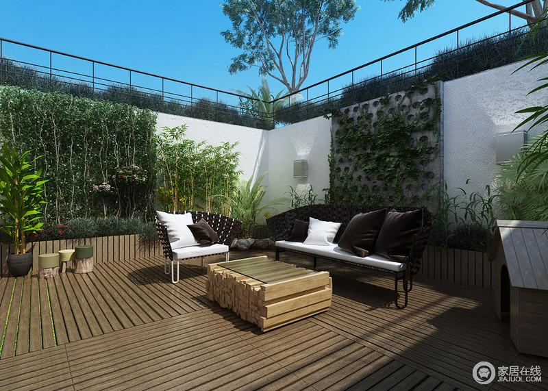 装饰中,露天阳台多了一丝惬意和清雅;黑白组合的户外沙发和木条打造的
