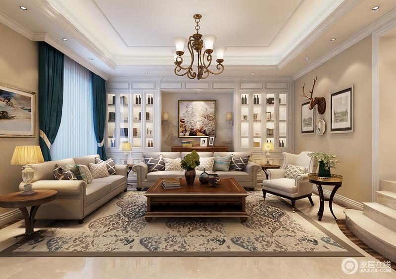 一个以艺术画,一个以驼色花卉地毯来表达素绢;浅灰色美式沙发和饰品图片
