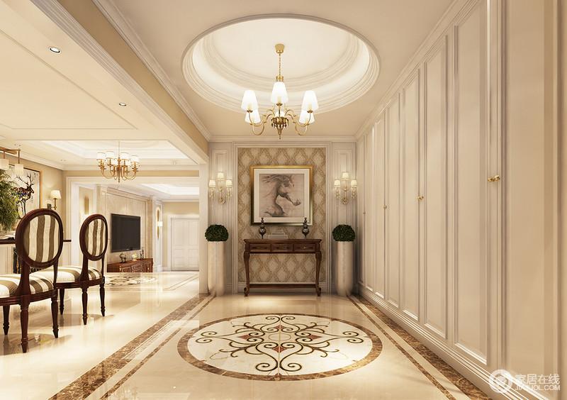 走廊地面的欧式拼花以唯美的图案与炫目的圆顶照应,黄铜曲线吊灯以图片