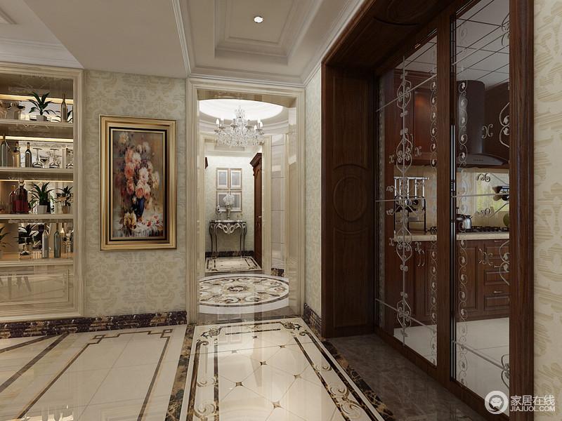 花纹装饰玻璃门不但分隔出厨房与客厅的空间,也与地板图案形成呼应