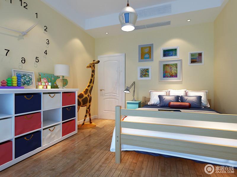 儿童房内以米黄色的墙面为主调,与实木地板的质朴构成