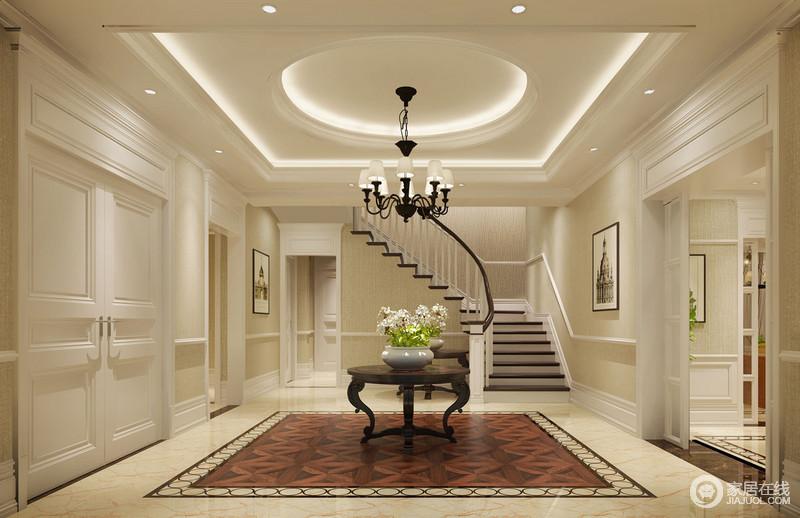 玄关大门与客厅入口正相对,设计师在走廊中央饰?#38498;?#37325;