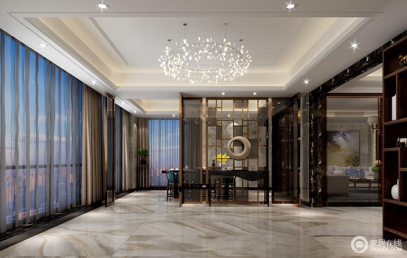 灰白大理石地板纹理如水墨画,土豪金色玻璃屏风将玄关大厅与餐厅有效