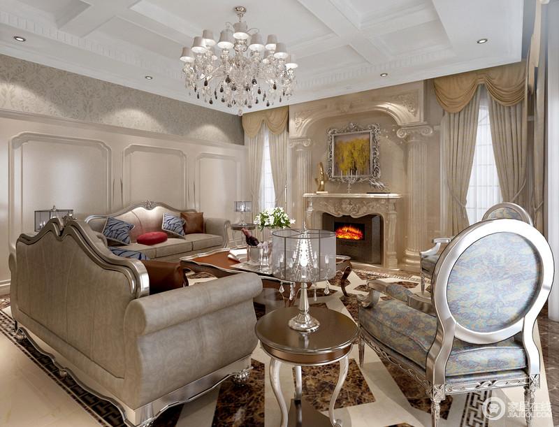 象牙白的客厅里展露着欧式生活的优雅,壁炉雕刻的欧式石柱与西式古典