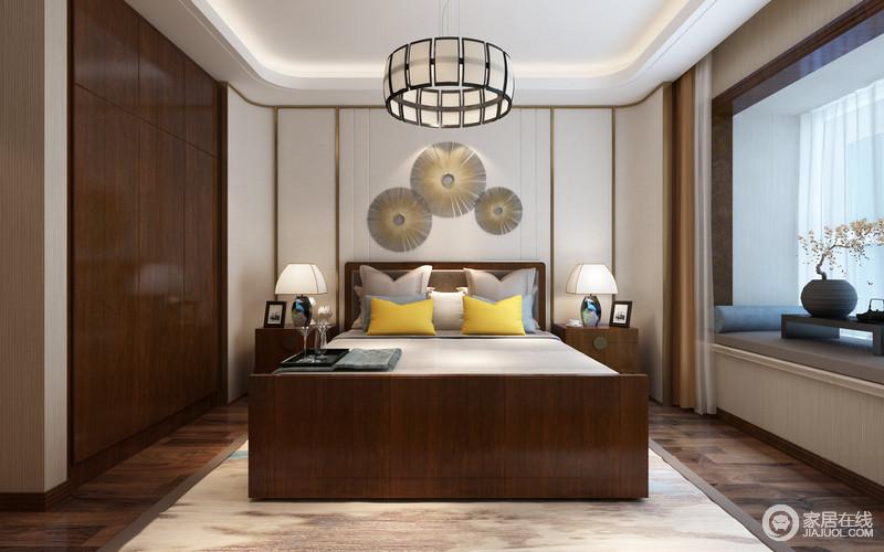 描金线白色护墙板被设计师以弧形装饰在床头,配上错落