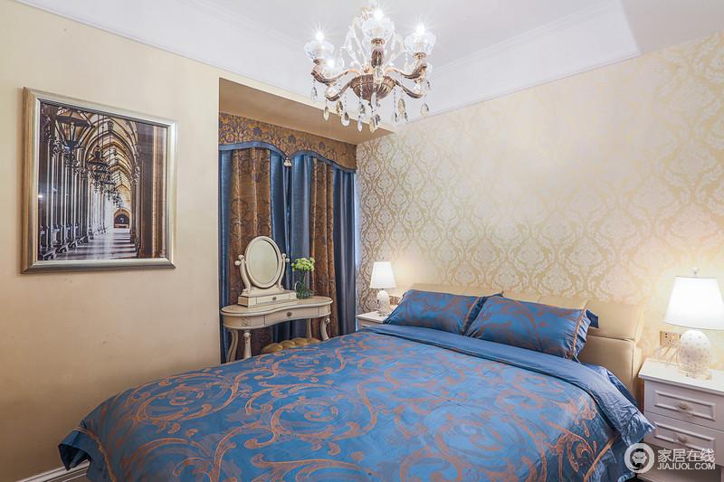 床头背景采用淡黄色暗纹墙纸来保证空间的完整性,软装