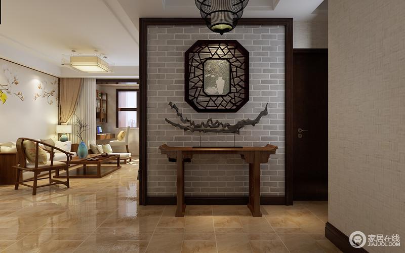端景墙采用了庭院的表现手法,打底的青砖朴质素古,借景的菱花假窗透着