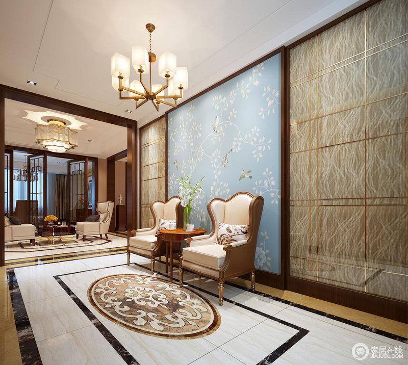 玄关背景采用理石饰面,以香槟金勾勒出轻奢质感,中央拼接的蓝底花鸟图片
