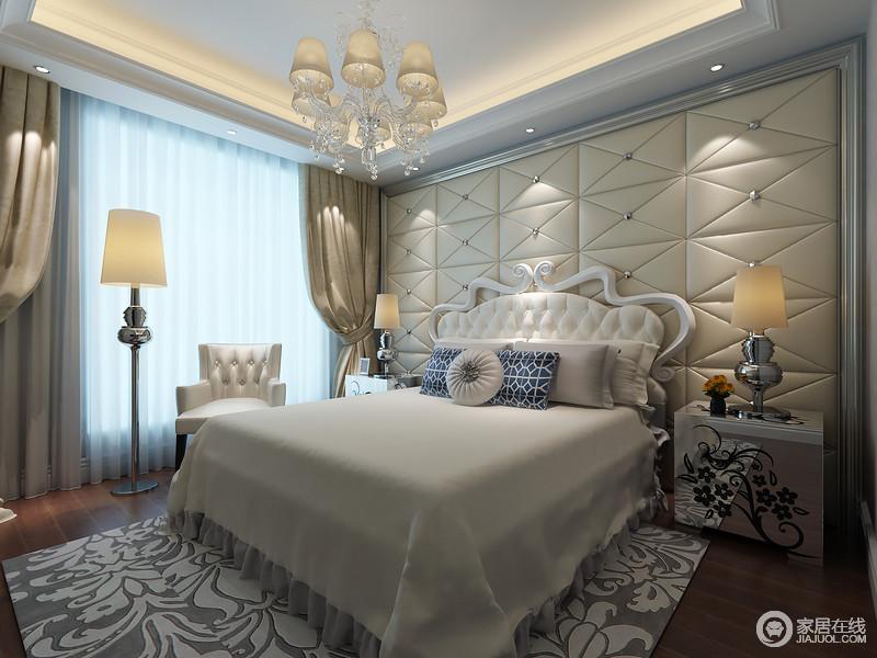 卧室将灯带嵌入吊顶内,光影与水晶欧式吊灯构成简素淡雅,同时与金属