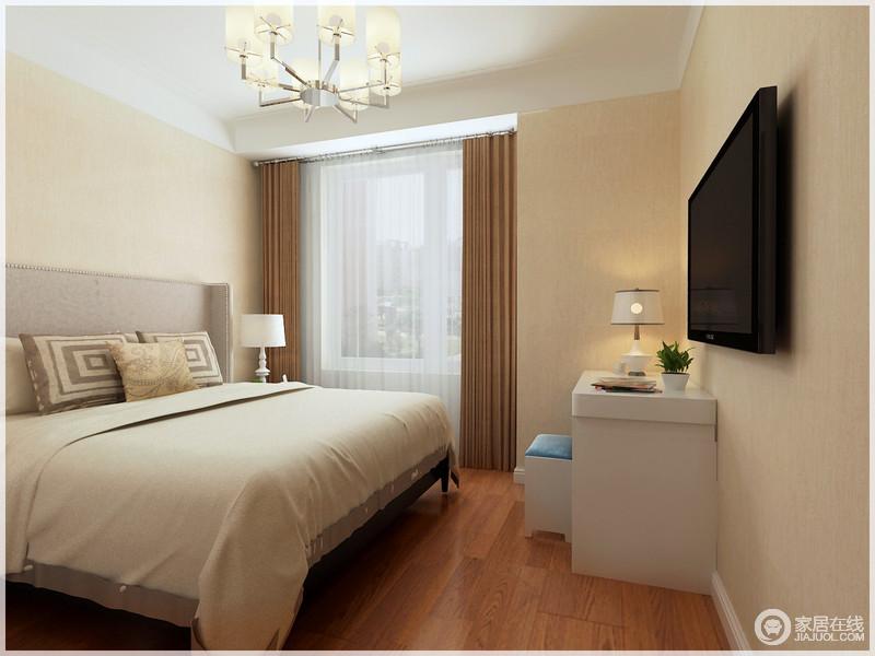 卧室以黄色立面与驼色窗帘的色彩突出空间层次,用了最