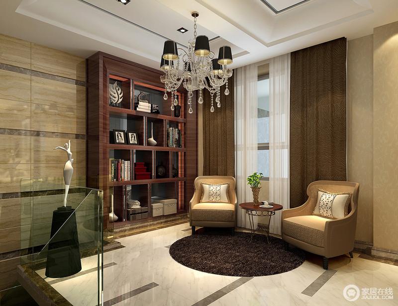 设计秉承着内敛与轻奢,将褐木书柜,黑色欧式吊灯,驼色单人沙发有序地