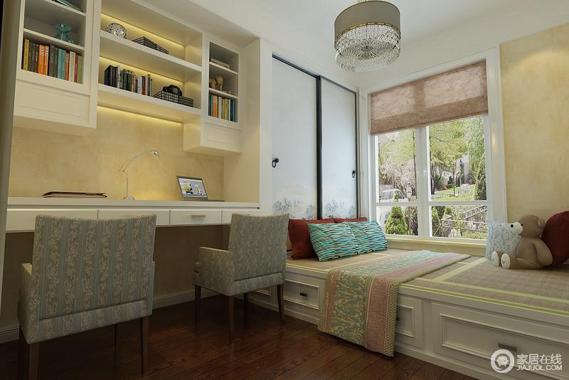 儿童房使用了榻榻米,床头以雅淡水墨勾点的推拉门式衣柜做背景,与悬空