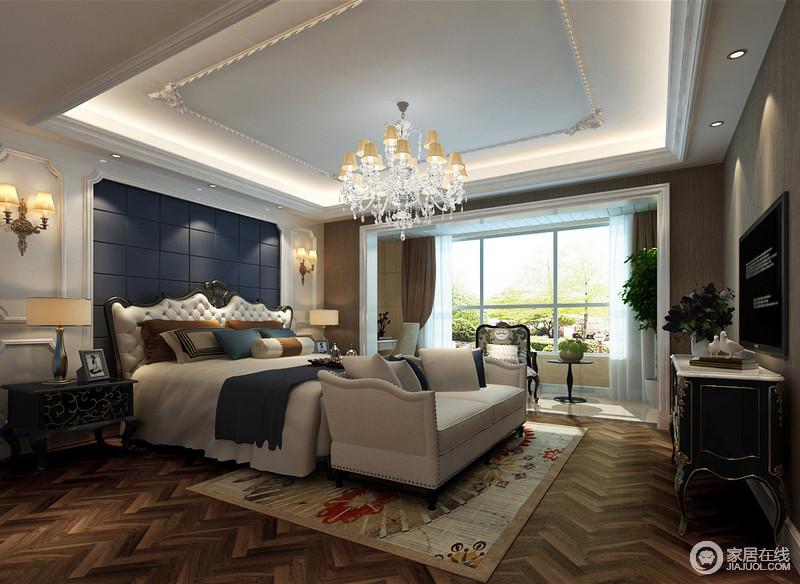 床头背景与客厅沙发墙遥相呼应,白色墙板配搭墨蓝软包