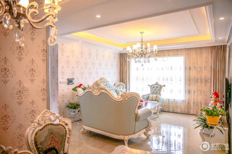 浅蓝色的欧式沙发,结合浅粉色的墙布和复古优雅的图案