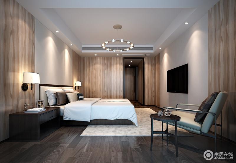 卧室直线感的结构凝练,设计师将衣柜嵌入墙体,以木纹板天然的纹理呈现