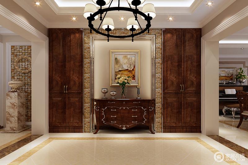 玄关对称方正,透着规整的韵律;马赛克花砖描摹装饰,既呼应走廊端景墙图片