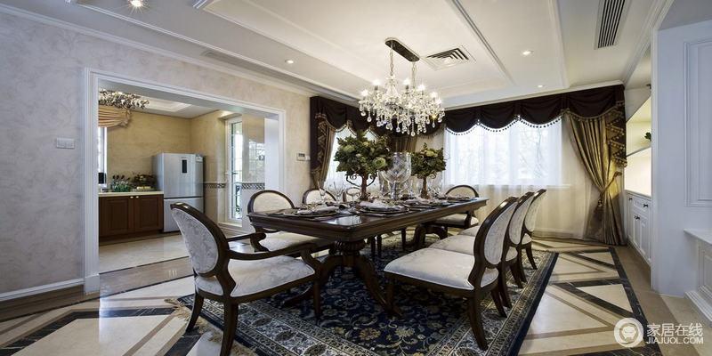 经典蓝色欧式地毯繁杂地花纹烘托出灰色餐椅的优雅,简约地水晶灯虽
