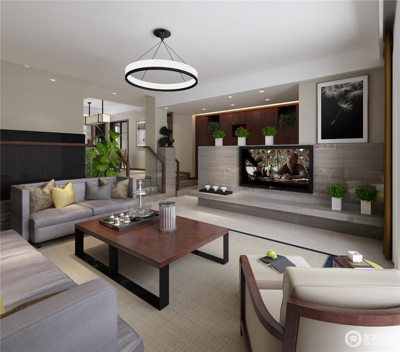 墙面以米白拼接黑色,灰紫布艺沙发柔软舒适,顶面圆形吊灯与方形茶几