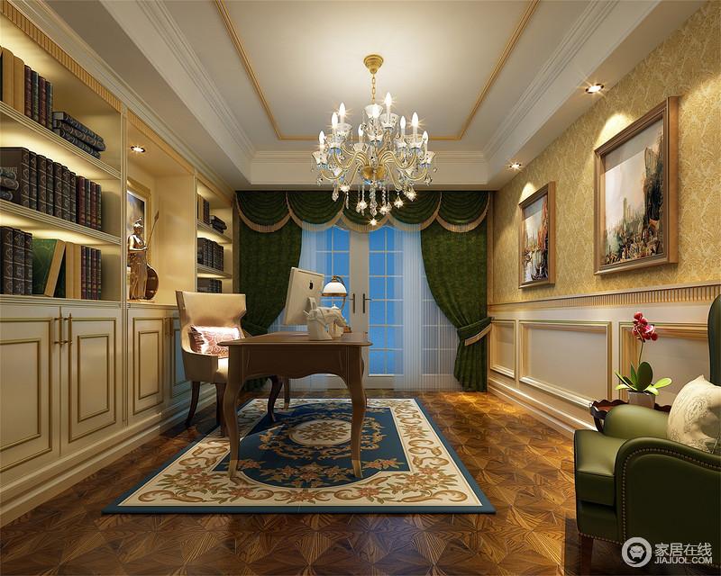 白色书柜上,描金线条规整,呼应着对面拼接的墙裙,线条方正间富有节奏