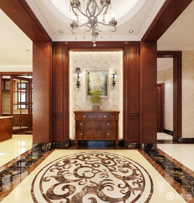 砖和欧式灯具来体现豪华感,淡黄色壁纸缓和了褐木结构和边柜的深沉