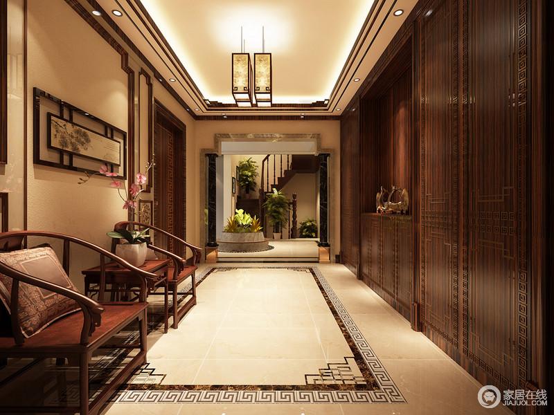 门厅处,设计师以棕木置物柜打造超强设计,作文柜面自我收纳图片