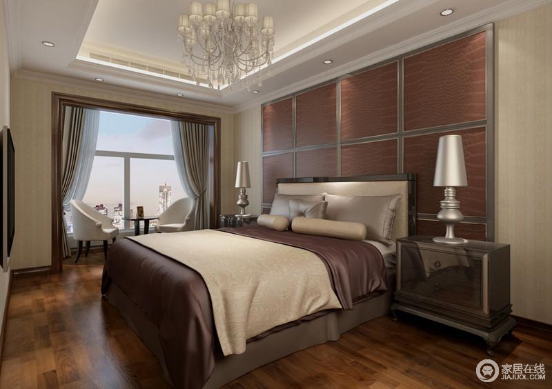 米黄色的空间背景中,床头银灰色金属镶嵌的砖红皮软包,与床品的赭色