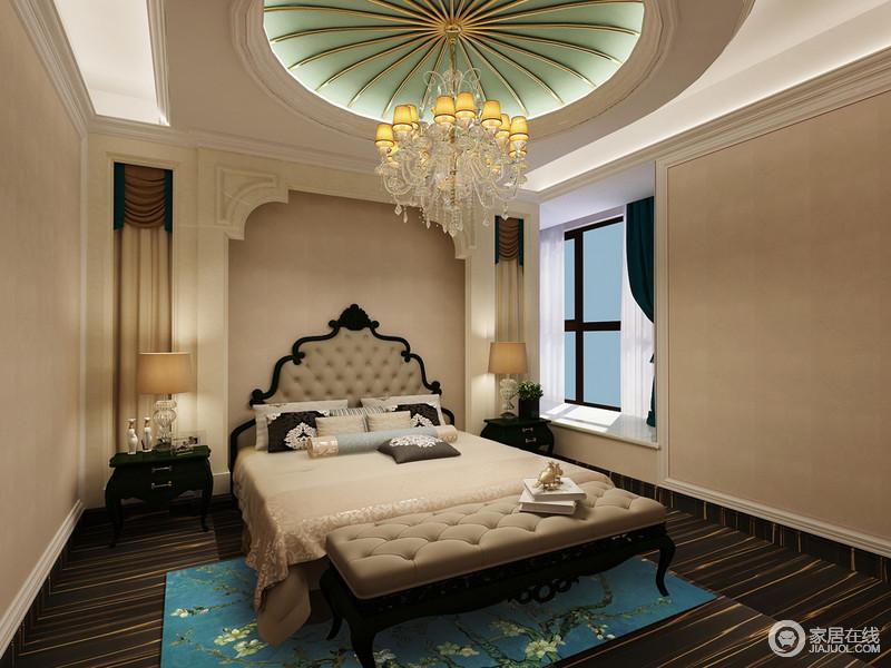 卧室天花造型极具看点,床头背景墙塑造成门洞形式,配以塔尖式床头