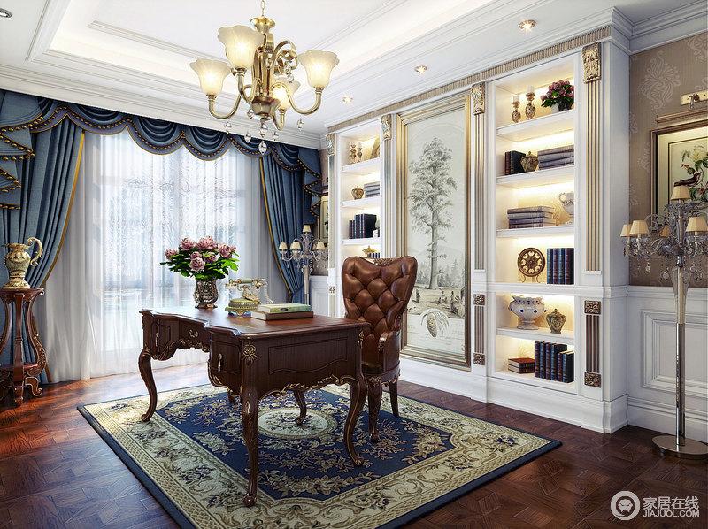 书房白色的墙板上描金雕刻增添着空间的华贵之气,书桌
