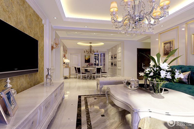 沙发背景墙以金色线条配合金色边框装饰画的形式出现,摒弃了原有欧式