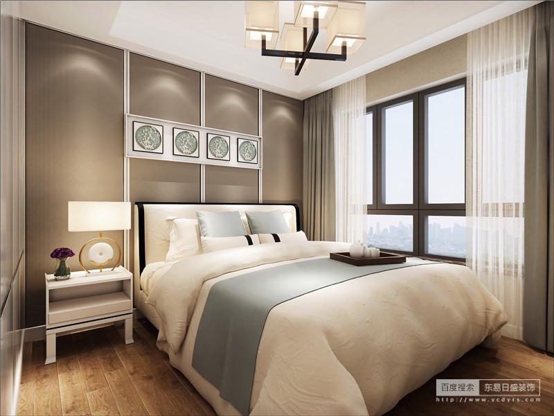 简欧卧室整体突显出高雅、端庄的感觉。在床的边角还用金属雕花加以修饰。色泽淡雅清新,温暖的气息充盈整个房间。床相搭配的床头柜,简约、时尚、大方。整体给人空间立体感,从柜角的花纹设计中感受到庄重,以及边角线条产生的流畅舒适感。都是很有欧式味道的。