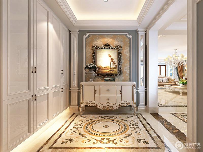 白色的置物柜内嵌入墙,底部内置灯带浮光营造,简洁利落的强收纳又美观大方;描金白色玄关柜则以蓝白米黄印花墙面打底,对称贴壁罗马柱修饰,在地面上优美动人的拼花烘托下,显得熠熠生辉。