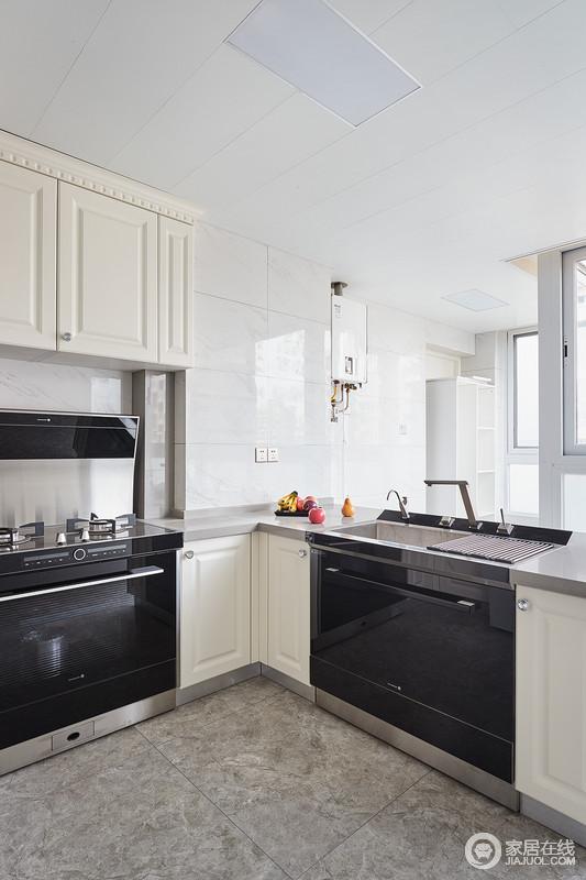 厨房空间非常充裕,有着强大的功能性与实用性,收纳与生活区分开,互动干扰;象牙白色的橱柜搭配白色的瓷砖,整个空间非常干净、大气,电器也被作为嵌入式设计,让空间规整而具有科技感。