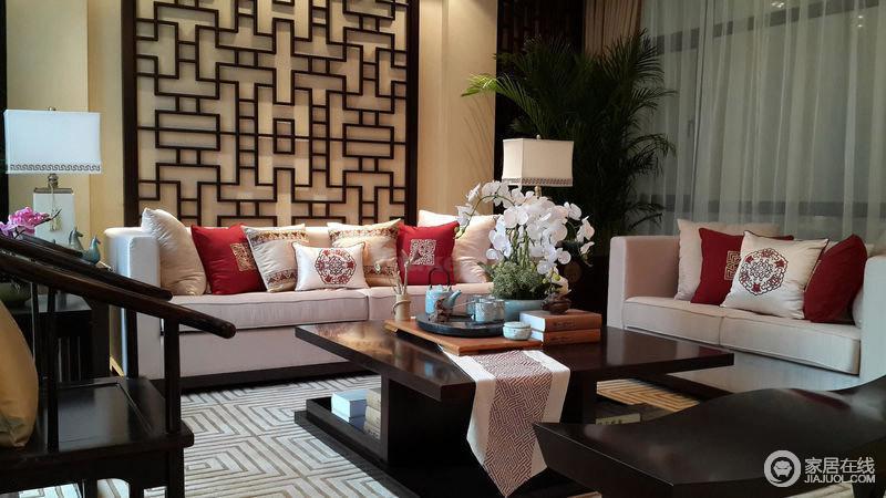 二楼会客间,红色也是中式风格中的一大特色,白色的沙发和丝质中国红抱枕宛若雪中白梅,红白相映成趣,轻盈