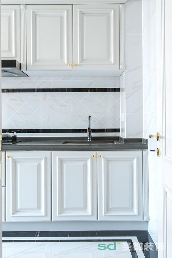 厨房一反大量的贵族黄,全部采用纯白或者米白的材料,只在把手、柜门处加以点缀,则可给下厨的人营造一种轻松的烹饪环境。