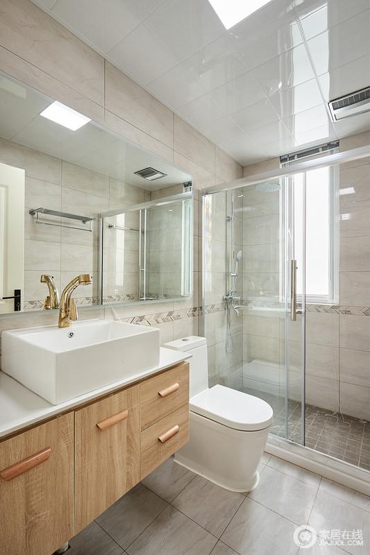 卫生间采用仿古做旧的地砖营造美式的仿古气息,玻璃淋浴房解决了干湿的困扰;盥洗柜与台盆的方形设计,加重了空间的立体,使用了金属色五金件作为装饰,令空间瞬间高大上。