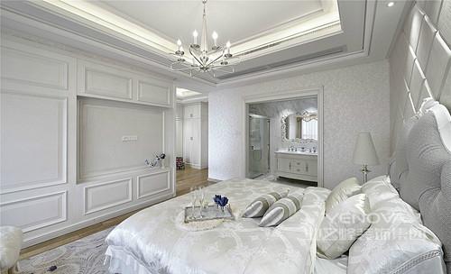 卧室简单的吊顶却因为灯带和欧式吊灯而显得格外明快,白色浮雕花纹壁纸并不影响整个空间的纯净,反而与定制的实木柜形成视觉轻奢;丝绸床品与菱形床头背景构成欧式轻华,格外温馨。