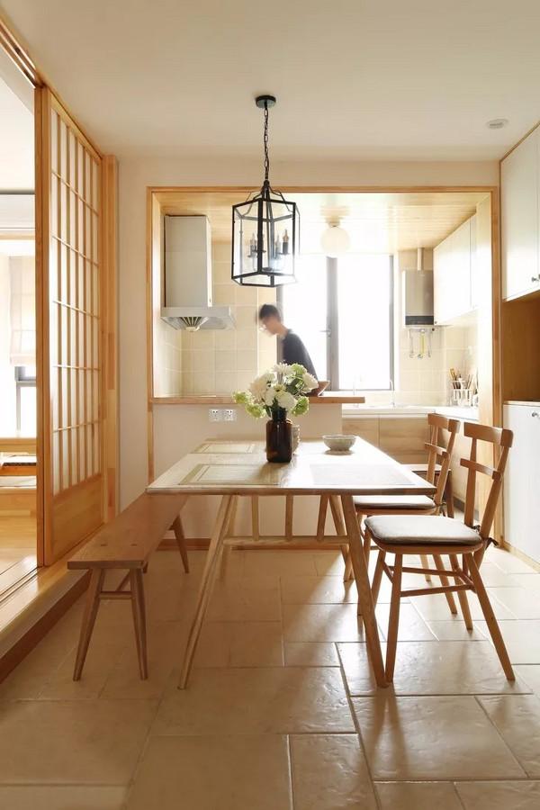 餐厨区域采用开敞式的岛台设计,白色柜门搭配木纹线条收边,和风气质在空间中蔓延开来。