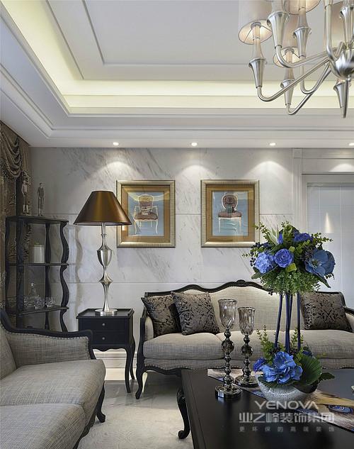 客厅的角落丝毫没有被忽视,设计师将曲线感地实木酒架填补空洞,并合理地提升了生活的品质;整体灰色调墙面和沙发,因为黑色欧式茶几和金色画框地组合,凸显出一种复古的华丽