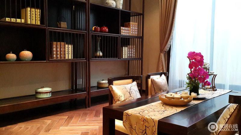 书房的设计,整体的空间设计比较雅致,书柜的设计,兼具陈列作用