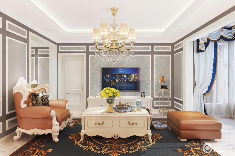 以蓝色调为主的客厅,墙面以灰色为主,背景墙用清爽蓝色花卉图做点缀,将一种田园之感释放在空间,满是清怡;客厅以欧式家具为主,搭配罗马纱帘让生活多了一份难得地奢贵。