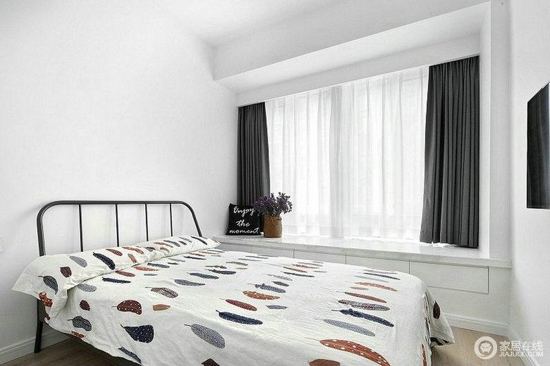次卧延续了整套设计的风格,在这里采光和储物都十分得当,飘窗的设计也带来一种温馨感;深灰色窗帘中和了空间的色调,给予生活一种大气和舒适。