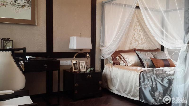 纱幔以及木质的床头柜,让整个卧室充满中式古典的韵味