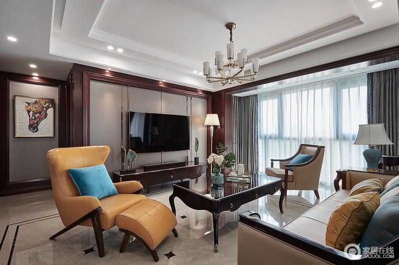 如果说高雅和谐是新古典风格的代名词,不如说温馨是其主旨,白色、金色、黄色、红褐色是整个客厅空间的主色调,少量孔雀蓝进行糅合,使色彩看起来明亮、大方,使整个空间给人以开放、宽容的非凡气度,让人丝毫不显局促。