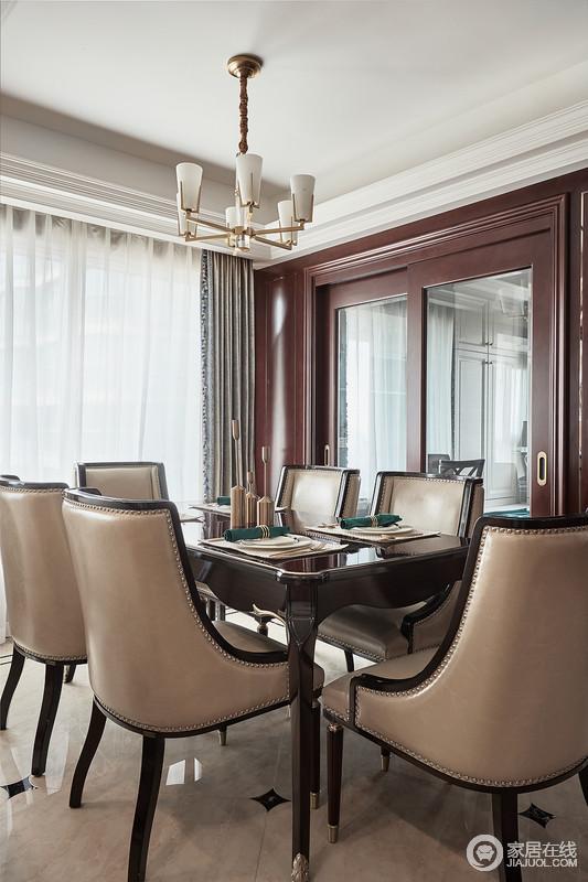餐厅空间整体古典大气,将古典家具摆放在一起,形成古典端庄;铆钉餐椅的贵气与餐桌的少许曲线之美,与黄铜吊灯的闪耀构成空间的尊贵。