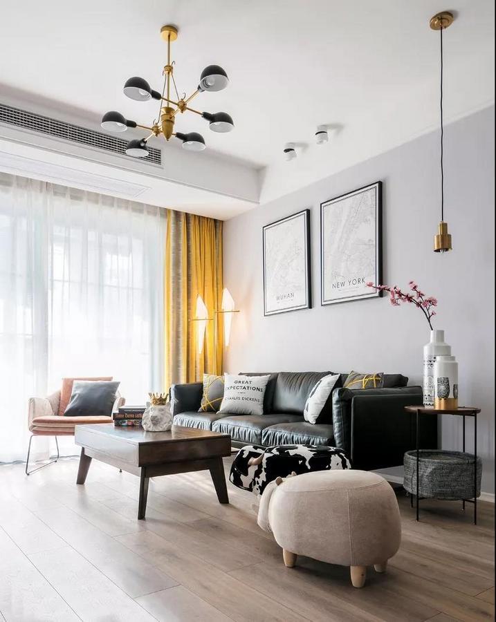 黑色的皮质沙发质感满满,让空间更显稳重、大气。