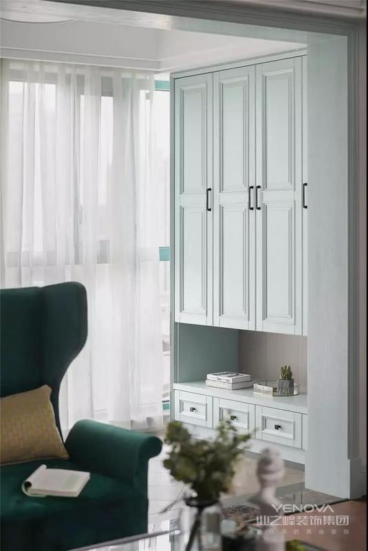 这是一套美式风格的装修案例,灰色系墙面高级而柔和,配以清新的浅蓝绿薄荷色调全屋木作,营造轻松惬意的居家氛围。精致优雅的细节软装饱含美式韵味,整体充满了浪漫气质。希望这套装修案例能给准备装修的大家带来一些灵感。